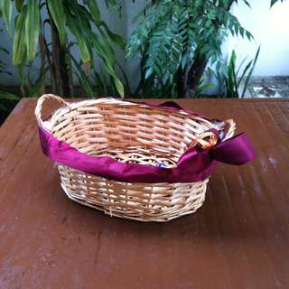 Rattan bowl basket. Dimension 33 x 25 x 12cm. In good condition.