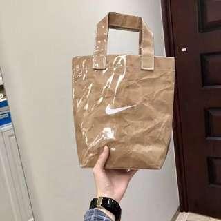 。惡搞NIKE牛皮紙手提包 透明PVC購物袋。