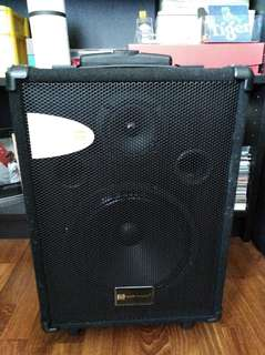 Martin Roland MAU-8 Portable Amplifier w built in Rechargeable battery (suitable for busking)