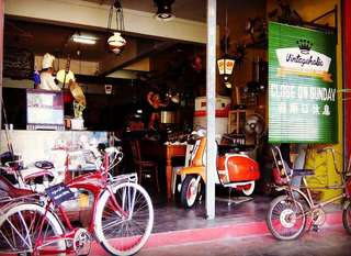 Antique / Vintage & Props Shop