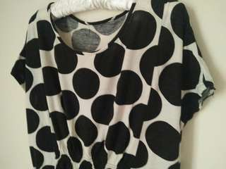 黑色大圓點特殊剪裁上衣 #五十元好物