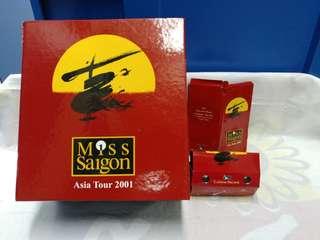 絕版全新 MISS SAIGON ASIA TOUR 2001西貢小姐木製音樂盒連錦盒+鐵製行李牌+紙製望遠鏡一套 4 件