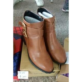 麂皮流蘇外套 荷葉綁帶襯衫 皮褲 靴子短靴低跟