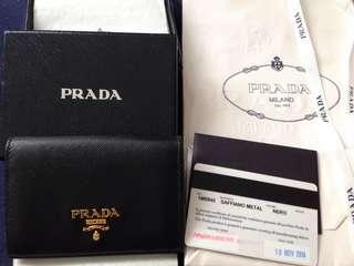 🚚 PRADA Saffiano經典浮雕LOGO防刮牛皮對開信用卡/名片夾 (黑色)