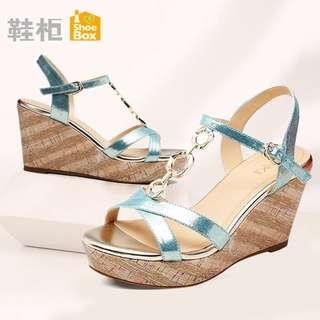 🚚 Daphne/達芙妮旗下鞋櫃優雅純坡跟涼鞋金屬裝飾高跟鞋清倉 挑戰最低價