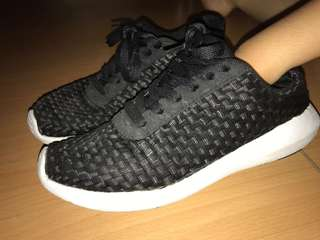 H&M Black Roshe Run