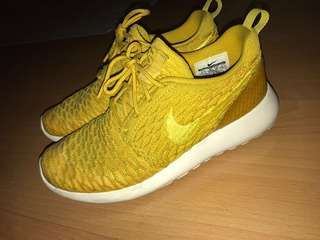 GOOD AS NEW AUTHENTIC Nike Womens Roshe One Flyknit