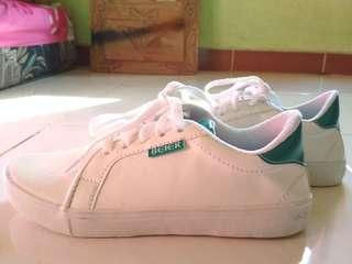 Sepatu putih sneakers