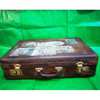 Rare 50's-60's antique suitcases, suitable for classic storefront decoration, home decorating, filming, advertising, and other uses 稀有50 - 60年代的古董行李箱, 适合经典店面装饰,家庭装饰摆设, 拍戏、广告造型等用途。 Length 63 cm Wide 18 cm  High 40 cm