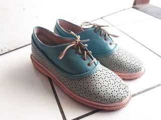 Sepatu jalan-jalan