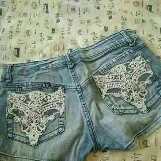 🚚 27腰歐美款刺繡縫線拼接蕾絲水鑽造型刷淡顯瘦牛仔短褲 有瑕