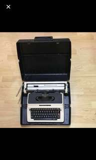30% OFF CLEARANCE SALES {Vintage & Antique - Vintage Typewriter} Vintage Manual Typewriter SiLvER-REED Brand Model 500 Come With Original Case/Box