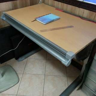 Drafting Table with Automatic Adjustment