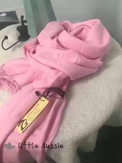 💫澳洲Little Aussie 羊絨圍巾/披肩💫 195cm*70cm   C28 純色薔薇粉 漫長的歲月裏拾起一落葉. 微風會替我捎去那一片想念. 暖風依舊不如一顆粉色的少女心☄️女孩喜歡一切粉色的東西特別是粉粉的披肩圍巾. 上身效果舒適輕盈、給人一種陽光童真的時尚氣息  一年四季都適合 😊😊😊