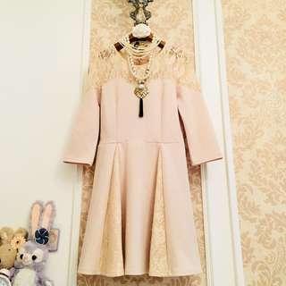 百貨專櫃品牌 MIIA 裸膚色優雅氣質 蕾絲簍空雕花微透膚透肌網織紗 收腰身傘狀裙擺 七分袖連身洋裝