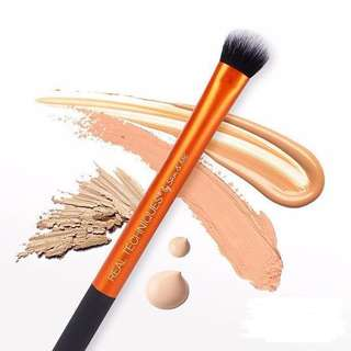🚚 Real Techniques Expert Concealer Brush