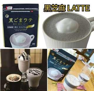 """💥💥 #日本勁香滑黑芝麻LATTE粉💥💥  ●一杯黑芝麻LATTE大約用15g(約2湯匙),已經約有6000粒黑芝麻,一包約可沖10杯。  ●不含任何添加劑,芝麻中含有的食物纖維,鈣及鐵,可以補充平常不足的營養素。  ●使用的原料只有黑芝麻,糖,蘑菇和鹽四種。 完全沒有人造甜味劑·香料·著色·防腐劑等  ●建議溶解在牛奶或豆漿中飲用。  ●冷飲熱飲均可,也可製成甜品布甸等。  🌟黑芝麻LATTE 使用""""素焚糖"""" 沖繩之奄美群島天然生產的甘蔗提煉而成,將甘蔗的礦物質緊緊鎖起,帶有美味的香味。"""