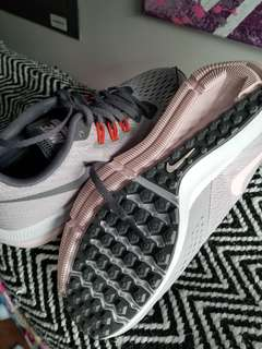 BRAND NEW NIKE WOMAN SIZE 7