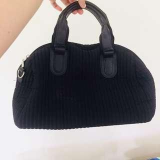 Spongey type black bag ✨