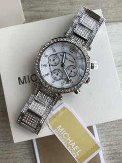 MICHAEL KORS 女士奢華鑲鑽珍珠貝母石英表銀色,🈶️2⃣️色MK5572/ MK5663 錶盤直徑39mm。這是一塊閃耀鑽錶,時尚優雅,耀眼驕傲,一個女人必要擁有的光芒🎶💕