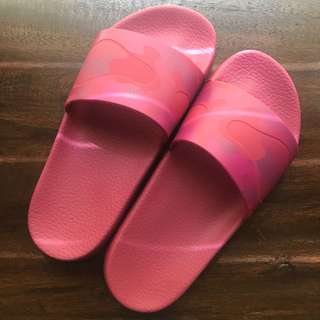 VALENTINO Camouflage Pool Slides - Pink