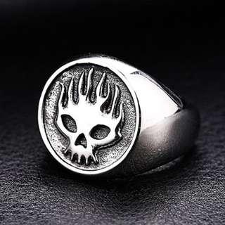 《 QBOX 》FASHION 飾品【R100BR8-315】精緻龐克風火焰骷顱頭鑄造鈦鋼戒指/戒環