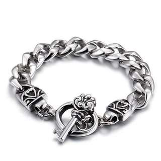 《QBOX 》FASHION 飾品【B10KB80849】 精緻個性獨特雕花鑰匙環扣鑄造鈦鋼手鍊/手環