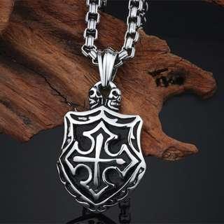 《QBOX 》FASHION 飾品【C100KP26778】精緻個性復古盾牌骷顱頭十字架鑄造鈦鋼墬子項鍊