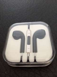 (Brand New)  3.5mm black colour earphones for iPhone and iPad include speaker, control volume. 黑色耳機,麥克風,可以操控聲量。  For iPhone only