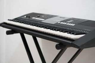 Yamaha PSR-E423 61-key Portable Arranger Keyboard + FC5 Pedal