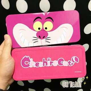 :::OH YEAH!:::『現貨』日本🇯🇵鐵製鉛筆盒 大臉妙妙貓Alice愛麗絲夢遊仙境 畢業禮物生日禮物交換禮物