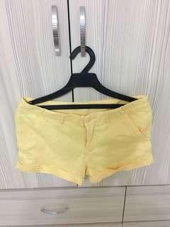 🚚 黃色短褲