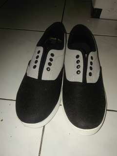 Sepatu VANS Hitam-Putih
