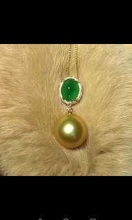 新出。天然南洋金珠,12到13m,18k金鑲鑽,金重1.9克, 鑽石13分, 祖母綠2克拉,很乾淨。正圓 濃金色 正面無暇 背後一個很小的點就沒有 皮光很亮 細膩。每個祖母綠成色都不一樣,價格也不會一樣,這顆晶體很乾淨。價: ¥11400