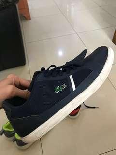 Sepatu jalan Lacoste