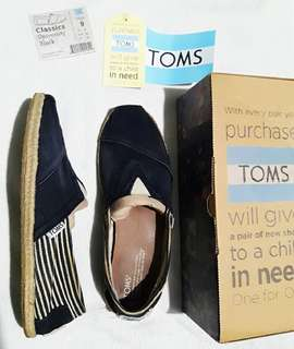 Authentic TOMS Classics University Black, size 9, comes with tag, box, and a sticker!