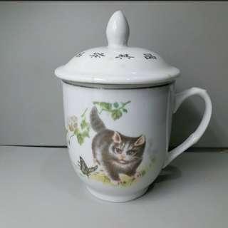 小貓花蝴蝶圖案杯子,名茶共品銘文,直徑約8.2cm, 高約13.5cm,有點釉疤,我看70-80年代,但各人眼力不一,對此物品的斷代大家也可能有出入。圖片只供参考, 購買前看實物,了解清楚無疑後才成交。货品交收只限東鐵沿線火車站,已出價及被本店接納者,請在兩天內,用私訊留聯絡電話,約定交收,逾期未完成交收,交易隨即取消而本店無需負上任何責任。不議價,謝謝!
