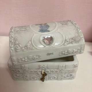 🚚 美國enesco 精品雕塑水滴娃娃瓷偶 precious moments四月陶瓷珠寶盒  首飾收納盒 寶藏