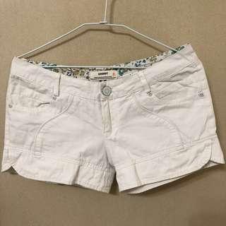 🚚 白色中低腰短褲