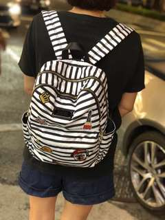新款到貨 #188082韓國條紋勳章後背包 🦋🦋🦋限量特價$2250 最新韓國條紋防水布訂做的後背 包,前面可置放長夾及旅游書喔,重點後背帶採用寬型設計,讓人人背起來相當輕盈舒适 , 寬38高40底寬9 黑色,紅色,白色