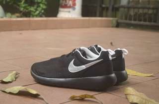 Nike roshe run black metalic (out sole black)