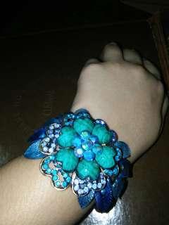 Elegant blue flower bracelet