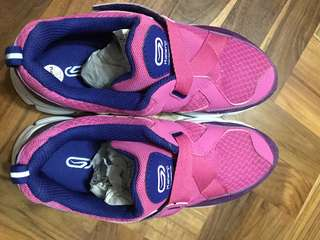 SELLING CHEAP TO CLEAR! SPORTS SHOES AT $10 ONLY!