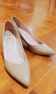 Easy walking nude colour pumps