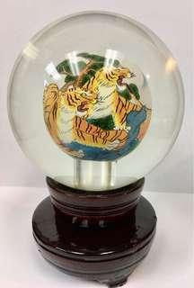 老虎圖案玻璃水晶球連可轉木座一個