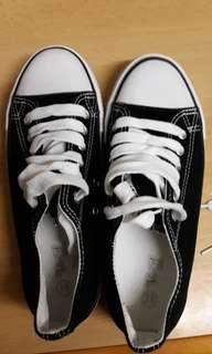 Sneaker for girls size 8