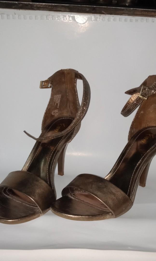 Ini jg blm pernah dipakai sama skali krn kekecilan..size 40 indo..g ada dus krn udh msk rak sepatu..warna coklat gold