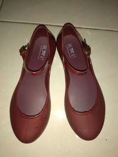 Sepatu jelly maroon