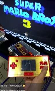 手拿,链接电视都可以玩  80年代小旋风经典游戏机:  产品包括:  📀 472 种游戏 💿 AV CABLE - 5m 📀 充电器 💿 收纳盒 📀 第二玩家控制摇杆(free) 💿 额外附送128种游戏(free)