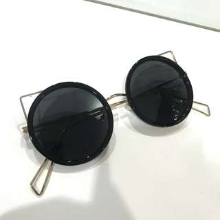 Rounded black glasses